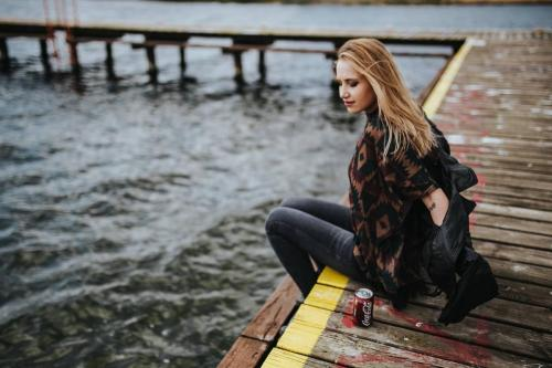kaboompics_Beautiful blonde woman on a wooden pier by the lake
