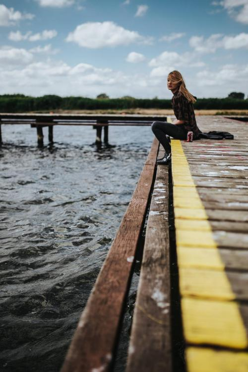 kaboompics_Beautiful blonde woman on a wooden pier by the lake (2)